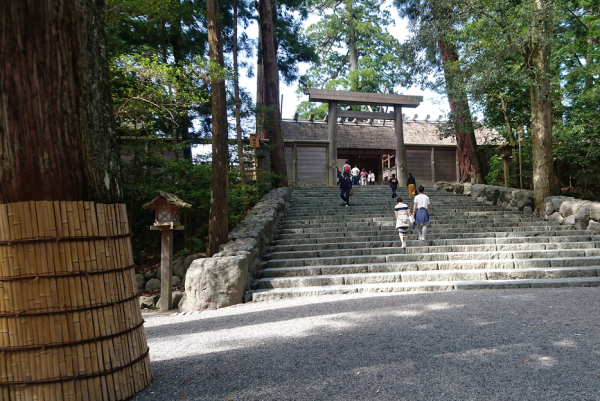 石段上りきったところが御正宮です。広大な神聖な空間が広がります!