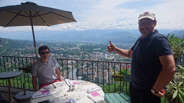 後ろはフランスのアルプスです。CTOのClementとCEOのRichardです。ここでは地元ワインでした