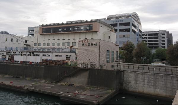 勝鬨橋から見た厚生会館。