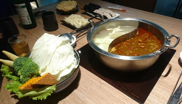 先ずは鍋と野菜が到着です。鴛鴦鍋は赤い麻辣スープと白い薬膳スープで仲良し鴛鴦夫婦な鍋です。