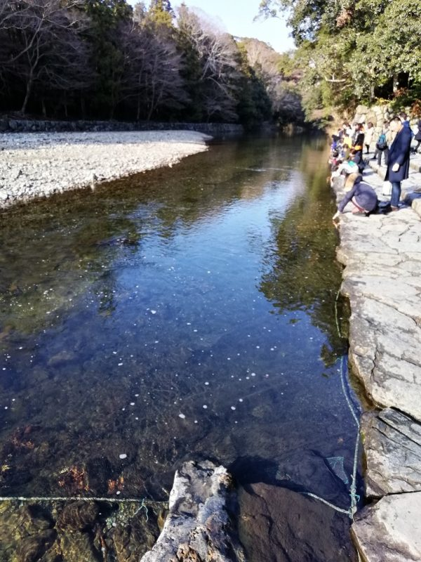 清流五十鈴川の御手洗場。あんまり賽銭を川に投げるから網が水底に張ってありました!