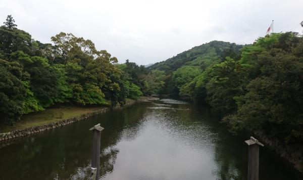 新緑の五十鈴川、この宇治橋を越えて内宮の神域に入ります。