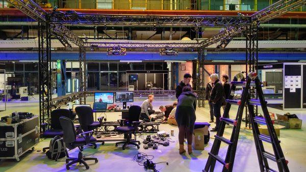 展示会前日トラスが立ち上がり新カメラシステムORIGIN設置と平行してソフトウェア設定中です