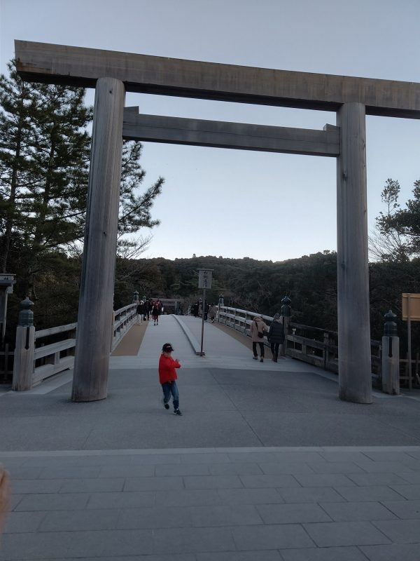 丁度日が暮れた宇治橋です。無事に全てのお参りを完了して、東京に戻ります。