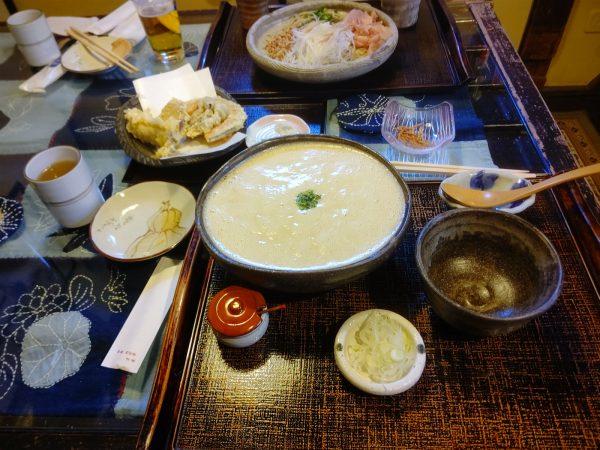 内宮さんのロータリー直前にある滅茶美味しいおそばやさんです。手前がとろろそば、奥がごちそうそば、真ん中の天ぷら盛り合わせは伊勢のローカル食材の天ぷらで800円!